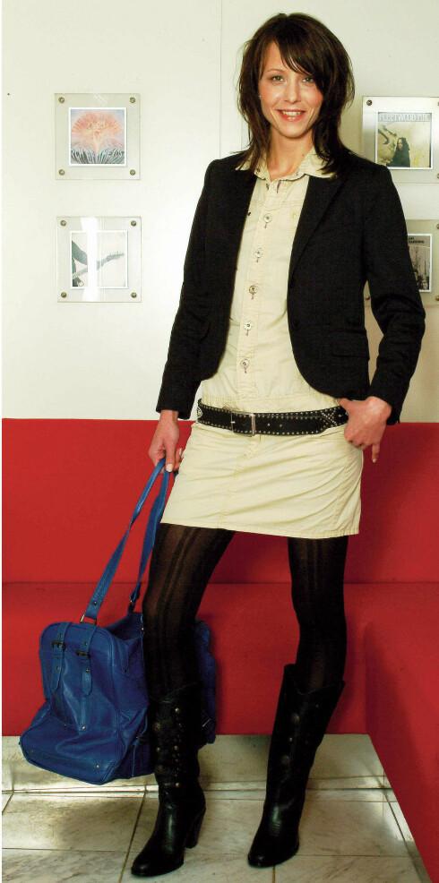 Svart dressjakke (kr 2000, Whyred). Beige kjole (kr 1300, Replay). Lærbelte (kr 800, Nose). Strømpebukse (kr 60, Lindex). Tøffe støvletter (kr 1100, Wedins). Øredobber (kr 60, Glitter). Blå skinnbag (kr 1600, Bruuns Bazaar).
