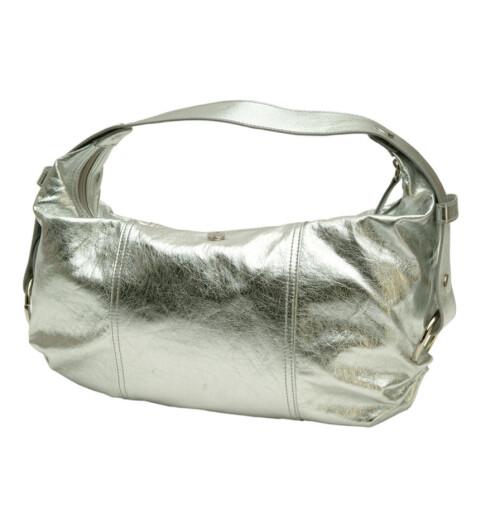 Metallisk og romslig. En ny veske setter spiss på antrekket (kr 200, Fiorelli/Citybag).