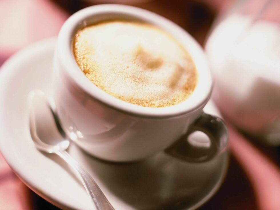 Fantastisk morgenkaffe med espressomaskin på kjøkkenbenken. Foto: Image Source