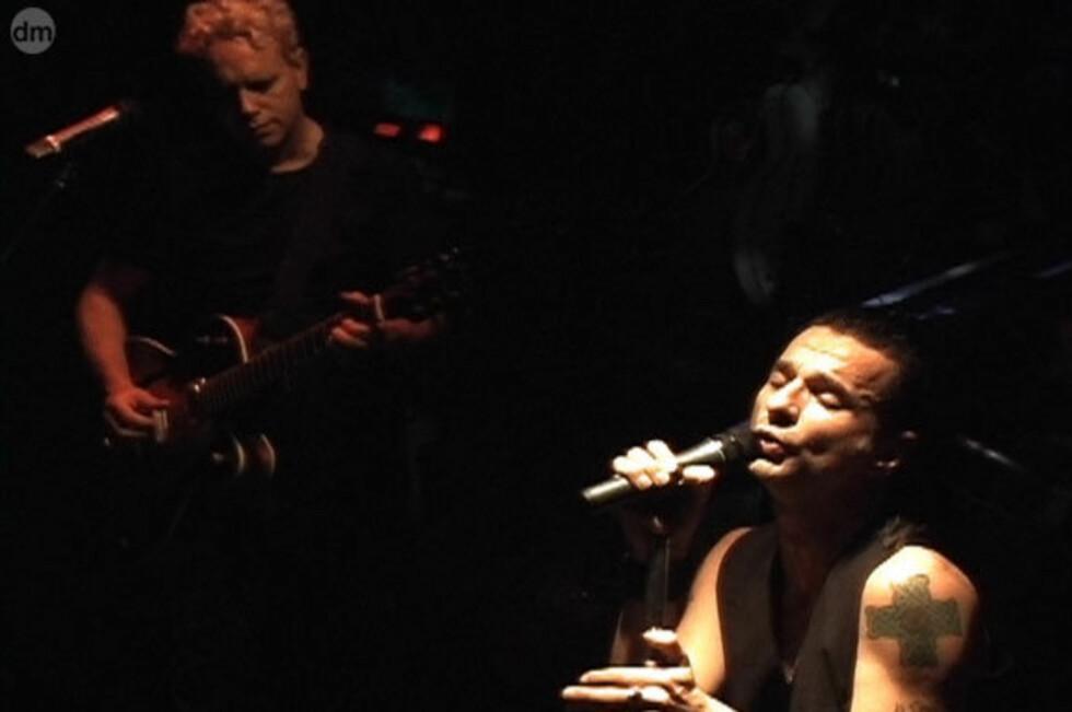 Dave Gahan gir alt på scenen. Nå, som i 1979, handler låtene Martin Gore skriver gjennomgående om hjertesmerte og andre ting som river i sjelen. Likevel er Depeche-sounden snekret sammen slik at man på pussig vis blir oppløftet av musikken i all dens dysterhet.(Foto: Daniel Barassi)