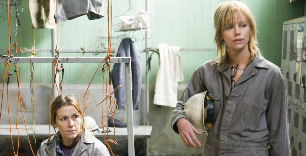 Glory (Frances McDormand) og Josey (Charlize Theron) møter motstand fra mennene på arbeidsplassen. Foto: Sandrew Metronome
