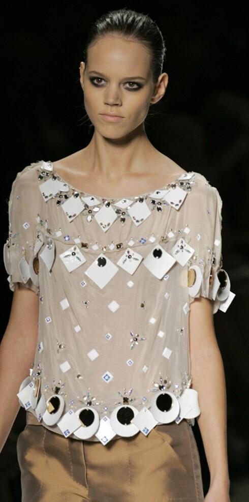Louis Vuitton vår- sommer 2006. Plastikkbiter og glassperler til pynt.