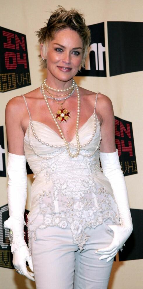 Skuespilleren Sharon Stone er Dior nye ansikt inne makeup og har på seg moteriktig topp med paljetter.