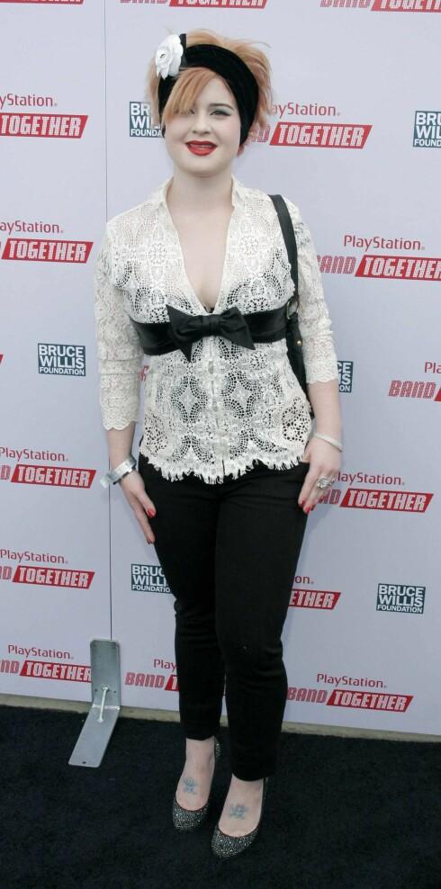 Kelly Osbourne blander eleganse med rock.