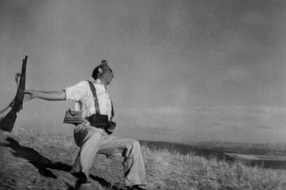 Et av Robert Capas sterkeste bilder er tatt under den spanske borgerkrigen - idet denne mannen blir skutt og drept, tok Capa sitt berømte fotografi. Foto: Robert Capa