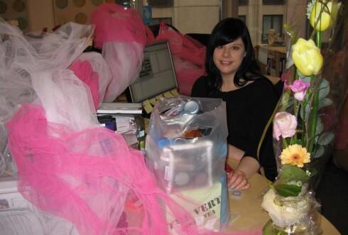 Slik ser det ut på arbeidsplassen når man fyller 30. Rosa tyll og store mengder spektakulære gaver hjelper definitivt til å holde 30-årskrisa i sjakk.