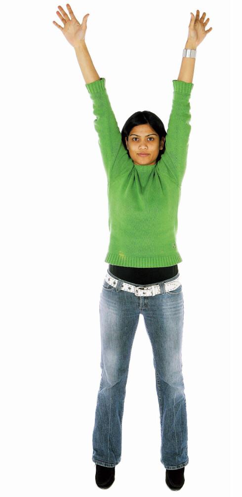 Løft armene rett opp i lufta, gå opp på tærne og strekk oppover helt fra tåspissene og opp i fingertuppene. Pust godt inn mens du strekker. Hold i tre sekunder og slipp armene ned langs kroppen. Pust ut. Repeter tre ganger. Gjør at kroppen «våkner» når oksygentilførselen til trøtte muskler øker, og blodsirkulasjonen ellers bedres.