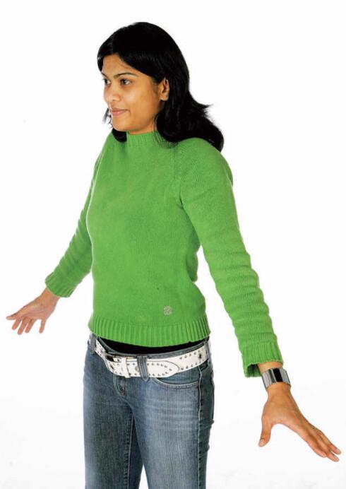 Rull skuldrene bakover. Repeter tre ganger.Rull deretter skuldrene forover. Repeter treganger. Lag store, fine sirkler når du ruller.Forebygger belastningsskader i skuldrer ognakke.