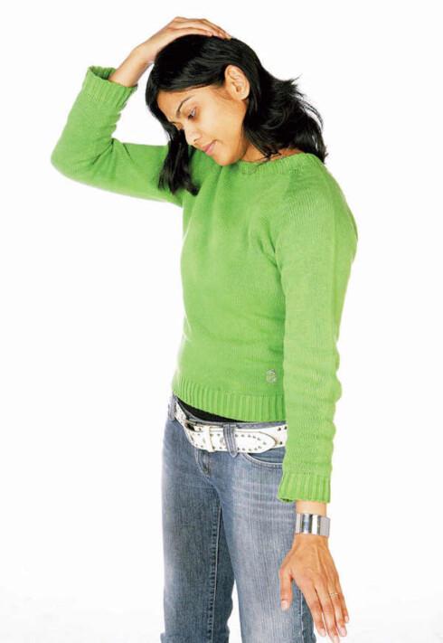 Tøy nakke- og skulderbladmuskel: a) Bøy hodet til den ene siden og litt forover. Om du vil, kan du ta tak rundt hodet med den ene hånden.Tøy hodet sakte ned slik at muskelen strekkes ut. For å få en ekstra tøyningseffekt, trekk skuldrene nedover samtidig. Hold i 12 sekunder. Løft hodet rolig opp og gjenta mot den andre siden. Ikke hold pusten! Forebygger stressnakke og hodepine.
