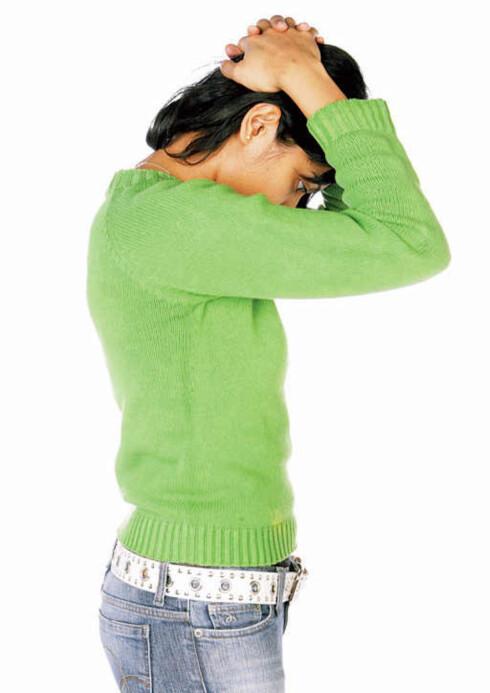 Fold hendene, hold dem bak hodet, la armene hvile, og se ned og tøy musklene på baksiden av nakken ved at du strekker hodet forsiktig framover. Forebygger stressnakke og hodepine.