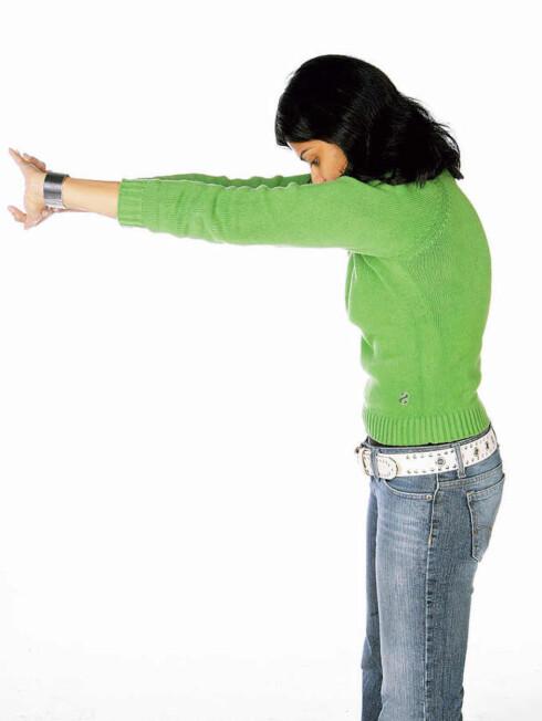 Fold hendene og strekk armene foran deg. Skyt rygg og strekk musklene mellom skulderbladene. Pust ut og slapp av. Forebygger stressnakke og hodepine.