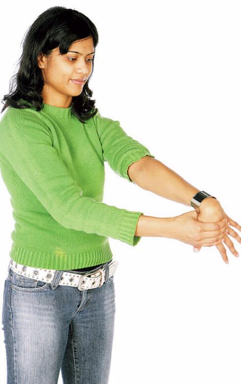 Tøy musklene i underarmen. a) Strekk ut den ene armen, håndflaten ned motgulvet. Press hånden mot deg med den andre hånden og litt ut mot lillefingersiden. Hold i 12 sekunder. Kjenn at det strekker lett på framsiden av underarmen. Tøyningen skal ikke være så hard at du får vondt når du slipper trykket. Gjenta på den andre armen. Forebygger musearm ved pc-bruk.