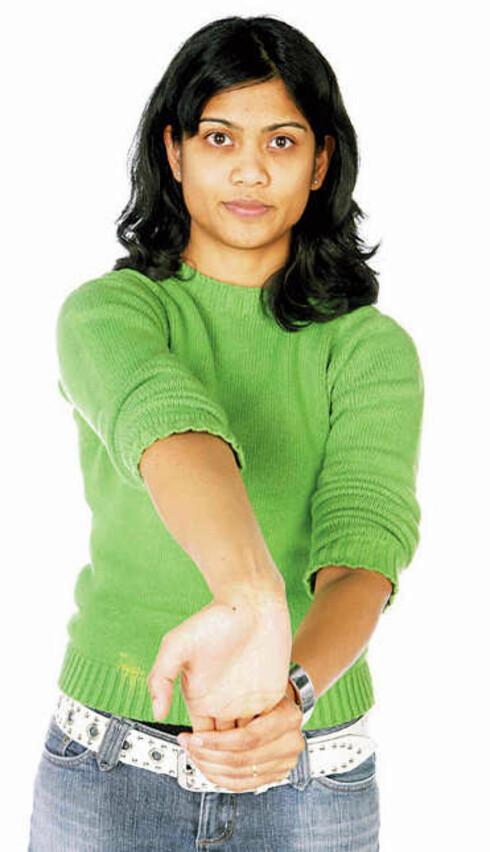 b) Vri håndflaten opp i taket. Press hånden mot deg med den andre hånden. Hold i 12 sekunder. Gjenta med den andre hånden. Forebygger musearm ved pc-bruk.
