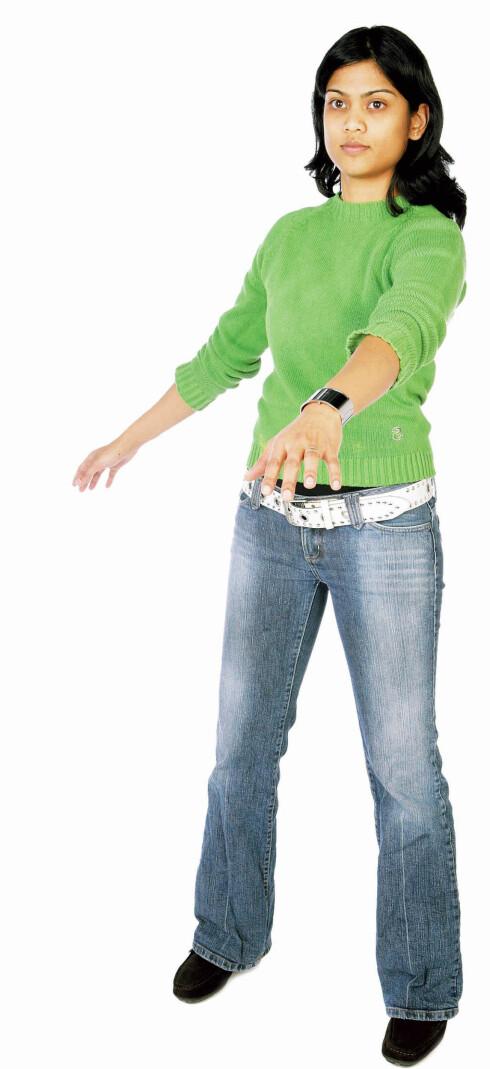 Stå med skulderbreddes avstand mellom føttene og ha plass rundt deg. Sleng armene fra side til side. Slapp av i skuldrer og armer og la bevegelsen komme fra ryggen. Stå mest mulig i ro med knærne og hofta. Bevegelsen skjer i overkroppen. 12 sekunder. Bedrer blodsirkulasjonen i ryggen.