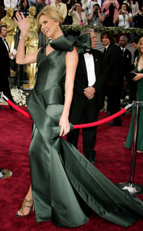 Charlize Theron hadde den mest spektakulære kjolen på den røde løperen. Kledd i Dior fra topp til tå, inkludert makeup. Hun fikk Oscar for Monster for to år siden.
