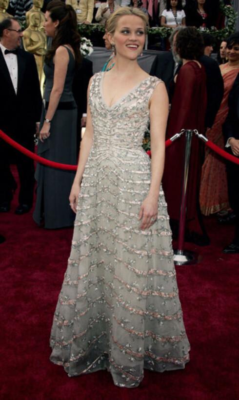Reese Witherspoon i sølvskimrende, uskyldsren  kjole. Nå kan hun også smykke seg med en Oscar. Hun vant for innsatsen som June Carter Cash i Walk The Line.