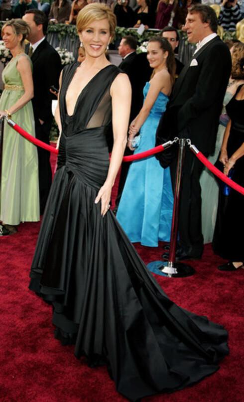 Felicity Huffman valgte trygt og svart, i likhet med svært mange andre. Hun var på forhånd favoritt til beste kvinnelige hovedrolle for Transamerica, men mistet Oscaren til Reese Witherspoon.