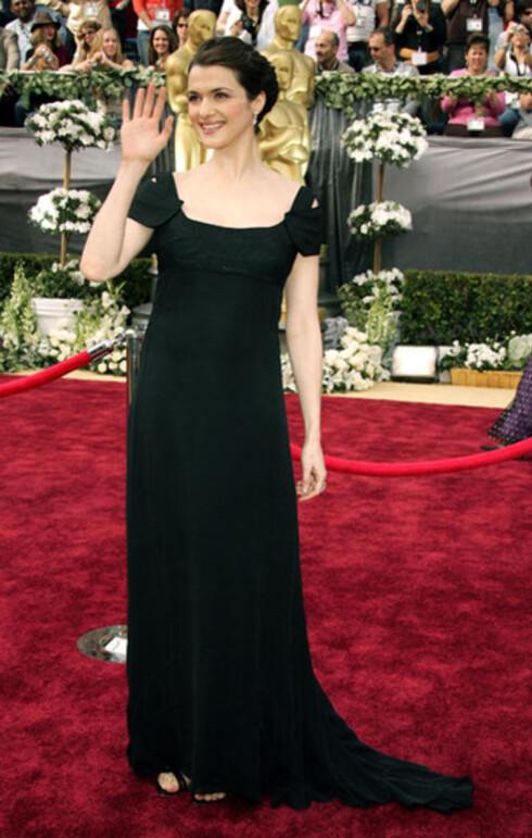 Høygravide Rachel Weisz fikk Oscar for beste birolle i The Constant Gardener. Den britiske skuespilleren tok bursdagen på forhånd, for hun fyller 35 på tirsdag. Hun stilte i Narcisco Rodriguz-kjole med empireliv.