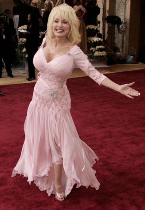 Dolly Parton var nominert for beste låt med Travelin' Thru i Transamerica. Hun kuinne fortelle at hun bare Fred Leighton-øreringer til 1,2 millioner dollar og at resten av tilbehøret besto av fire bokser med billig glitter.