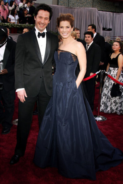 Keanu Reeves og Sandra Bullock har vært gode venner siden de spilte sammen i Speed. Hun valgte en variant av petroleumsblått.