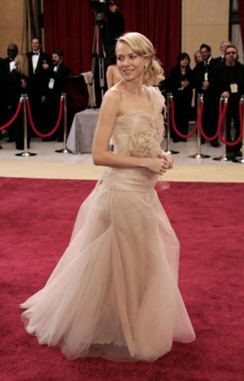 Australske Naomi Watts kom uten sin venn King Kong. Hennes Givenchy-kjole var en drøm i florlett, champagnefarget tyll.