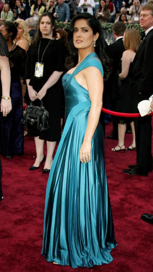 Meksikanske Salma Hayek valgte fargesterk silkekjole fra Versace, som en av få utenom de gull-, sølv- og svartkledd på den røde løperen. Salma var Oscar-nominert for Frida i 2002, men tapte på målstreken mot Halle Berry i Monster's Ball. Begge de to mørke skjønnhetene feirer 40 år i år.