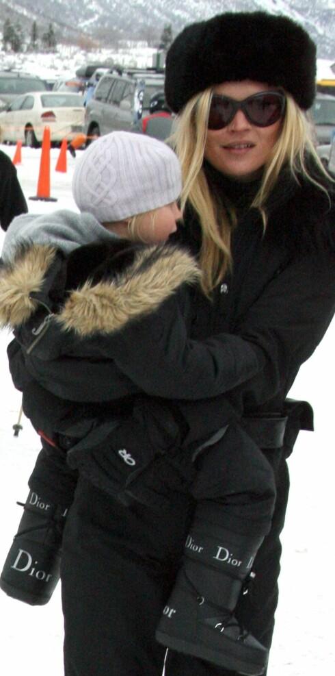 Stilikonet Kate Moss med datteren. Legg merke til at hun har moonboots fra Dior.