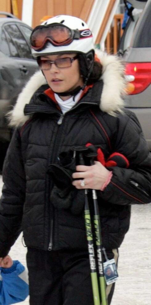 Skuespiller Catherine Zeta-Jones ser stilfull ut i bakken også.