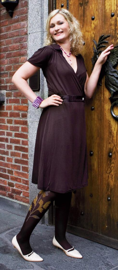 - Jeg elsker denne kjolen. Den har fin fasong, og jeg føler meg både stilig og vel, sier Cathrine begeistret. Brun omslagskjole som sitter pent på hoftene (kr 1400, Marlene Birger/Casa Moda), brun strømpebukse med mønster (kr 150, Oroblu), småsko (kr 300, Skoringen), lilla armbånd (kr 250, Daydreams & Pearls) og halsbånd (kr 650, Zuzanna G).
