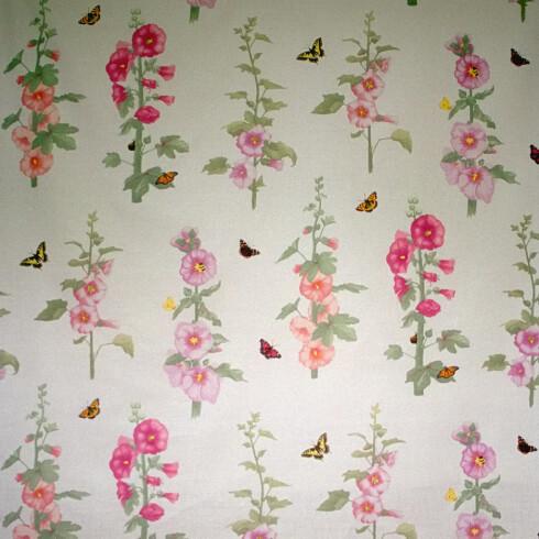 Sommereng. Skogsblomster og sommerfugler gir den rette stemningen (kr 450 pr. rull, Sandberg).