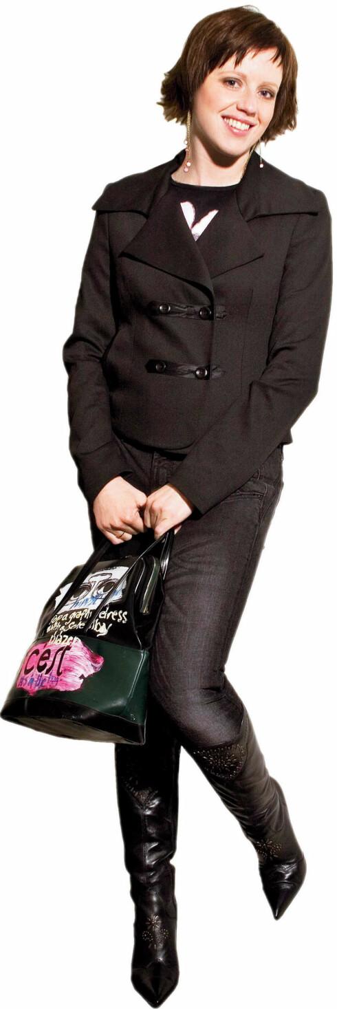 Svarte, smale jeans som framhever beina (kr 400, H&M), svart topp med rosa hjerte som gir en liten fargeklatt (kr 850, Hilde Holmer), svart dressjakke som markerer hoftene (kr 1300, Mexx), svarte støvletter med høy hæl som forlenger beina (kr 1300, Bronx), rosa øredobber (kr 95, Accessorize) og en tøff veske som rocker opp antrekket (kr 1800, Magny Jaatun).