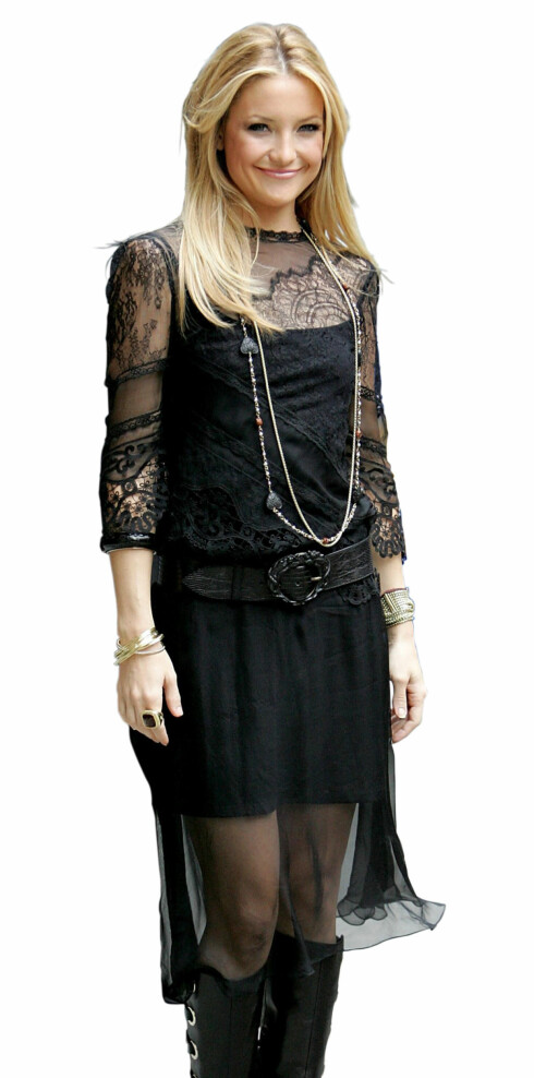 Kate Hudson i langt gullkjede med sorte steiner.