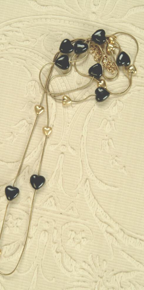 Langt halskjede med sorte hjerter (kr 599,Pilgrim)