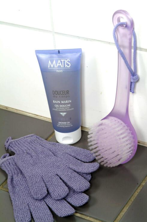 Vask disco-svetten fra kroppen med Matis Bain Marin Shower Gel (245,-/200 ml). Kombiner med Bath Gloves (89,-) og Bath Brush (69,-) fra Body Shop. Foto: KK.no
