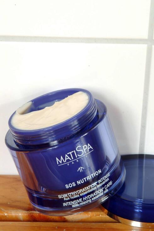 Kroppen gjenoppfriskes med MatiSpa SOS Nutrition (845,-/200ml), kremen over alle kremer for tørr og misfornøyd hud.