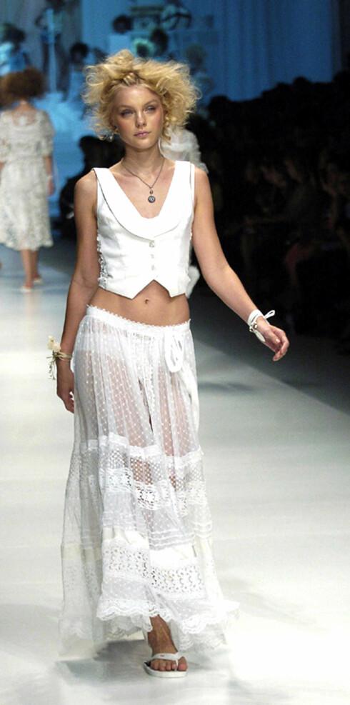 Maskulin vest med feminint skjørt. D&G vår- sommer 2006