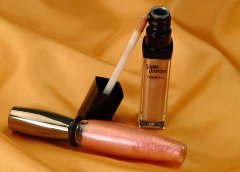 Velg en brunfarget lipgloss med shimmereffekt. Stellars Gloss fra Helena Rubinstein (kr 210,-) og Super Lustrous lipgloss fra Revlon (kr 110,- )