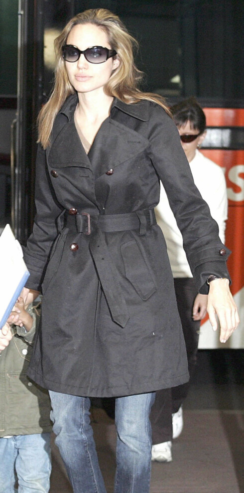 Angelina Jolie i moteriktig trench.