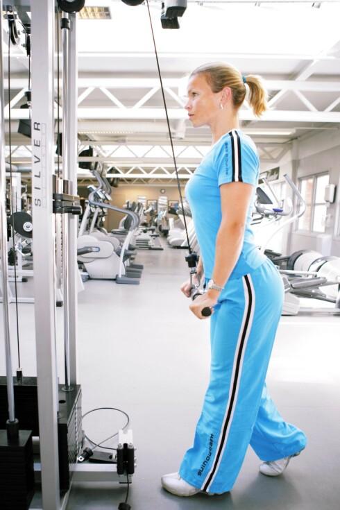 Nedpress: Jill Jahrmann viser hvordan du kan trene styrke. På bildet trener hun baksiden av armene. Hold skuldrene nede, albuene inntil kroppen og skyv brystet fram.  Bruk magemusklene til å holde igjen. 8-15 repetisjoner x 2. Foto: Steinar Torvbråten