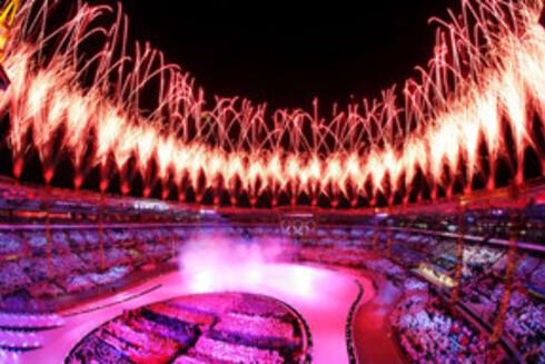 Fyrverkeri lyser opp hele stadion.
