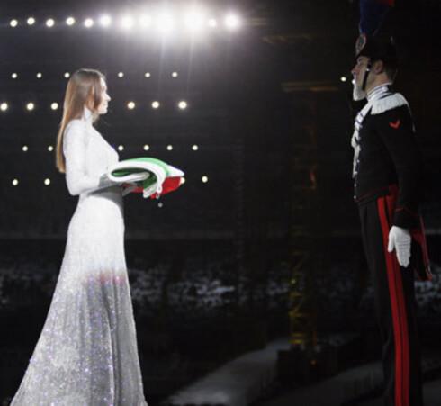 Kledd som en engel bar den italienske supermodellen og suksessrike sangeren Carla Bruni det italienske flagget.