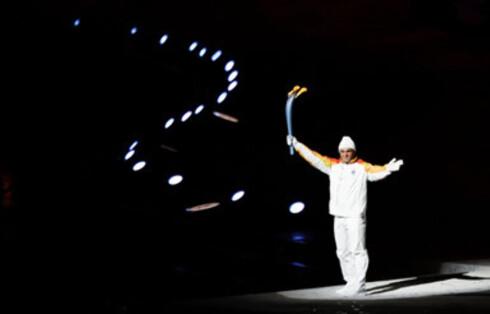 Alberto Tomba var i mange år den argeste konkurrenten til våre norske alpinhelter Lasse Kjus og Kjetil André Aamodt. I Torino bar den italienske OL-gullmedaljevinneren og alpinisten OL-ilden inn på stadion.