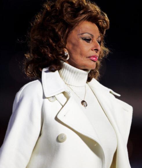 Den italienske filmdivaen Sophia Loren bærer alderen godt.Hun var lekker i offwhite under flaggbæringen.