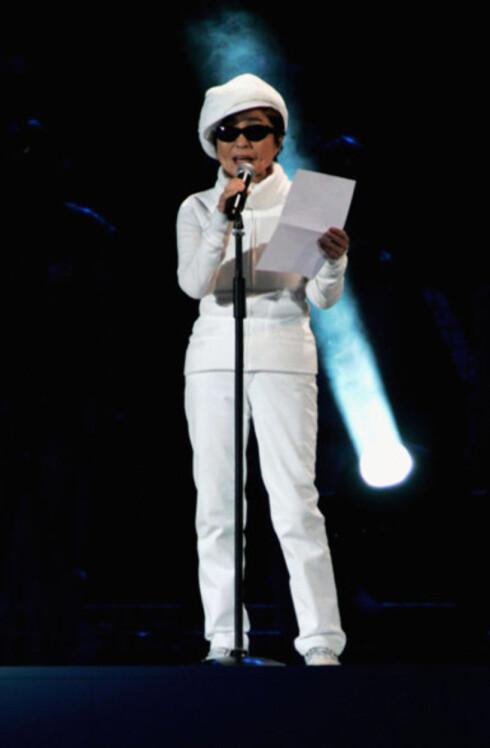 John Lennons enke Yoko Ono holdt en fredsappell. - Hvis 1 million mennesker går inn for fred, blir det fred, sa hun, før verdensmusikeren Peter Gabriel framførte Lennons udødelige fredslåt «Imagine» fra 1971.