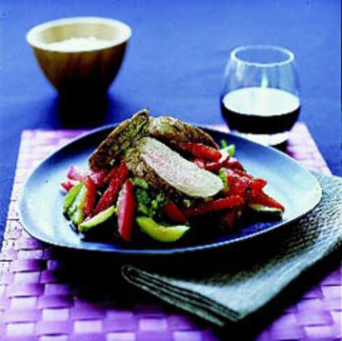 Svinefilet med tomat- og squashsalat
