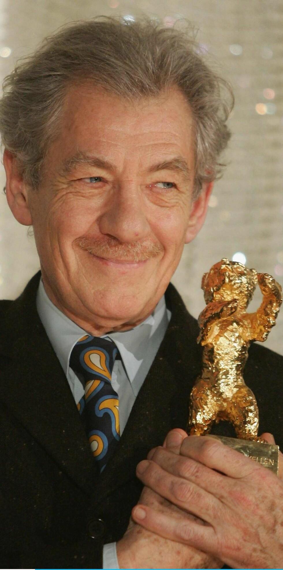 Sir Ian McKellen var svært fornøyd med å bli tildelt Gullbjørnen, men er mindre fornøyd med Hollywoods holdning til homofile.