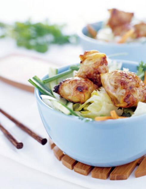 Vietnamesiske eggruller med svinekjøtt og crabsticks servert på salat med friske urter og nuoc cham (dippdressing).