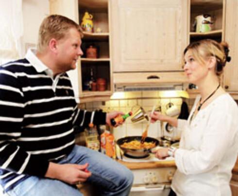 Iren Nordhagen lager maten, Kai krydrer. Støtte fra kona er livsviktig for de fleste menn som slanker seg.