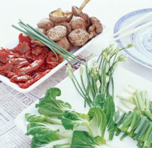 Lammekjøtt, tørket sopp, vårløk, litt kinesisk gressløk og pok hoy. Velg, vrak og kok.