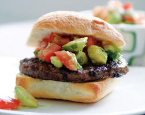 Pyntet burger med avokadosalsa
